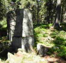 wspomagając się mapą-aplikacja Mapy.cz-odnajdujemy kamień w środku lasu(te dwa kamienie są tam zaznaczone)