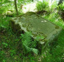 idąc kawałek dalej leśną drogą po lewej stronie dostrzegamy pozostałości Królewskiego Kamienia