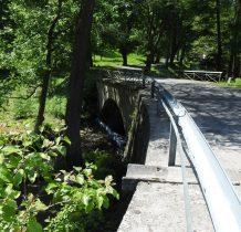 przed nami kamienny mostek na Bystrzycy