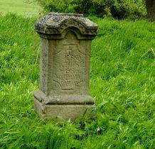 kamienne,jeszcze z czytelnymi inskrypcjami