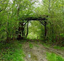 dalej idąc czerwonym szlakiem mijamy bramę-wjazd na posesję,przekraczamy potok