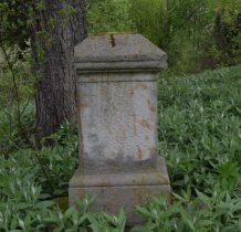 stara droga prowadząca kiedyś do Rzepedzi,teraz biegnie przez cmentarz-jeden z nagrobków przeniesiono