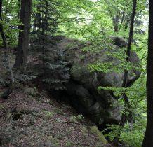 w miejscu gdzie pojawiają się widoczne po lewej głazy skalne schodzimy ze szlaku kierując się na Kiczerę 696m n.p.m.